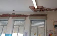 """Solarino. Calcinacci e polvere in classe, """"no a inutili allarmismi, la scuola è sicura"""""""