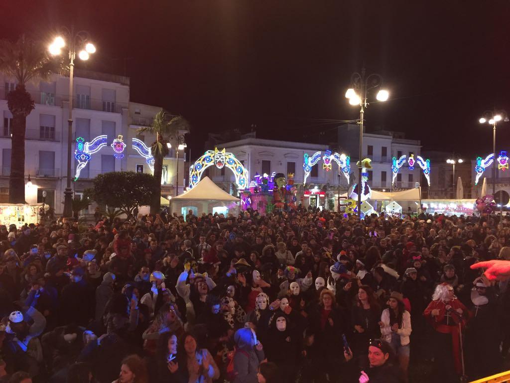 Carnevale 2017, FM ITALIA conquista Avola: in migliaia a ballare in piazza