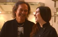 """Siracusa. Red Canzian e la figlia Chiara cucinano vegano per presentare il libro """"Sano Vegano Italiano"""""""