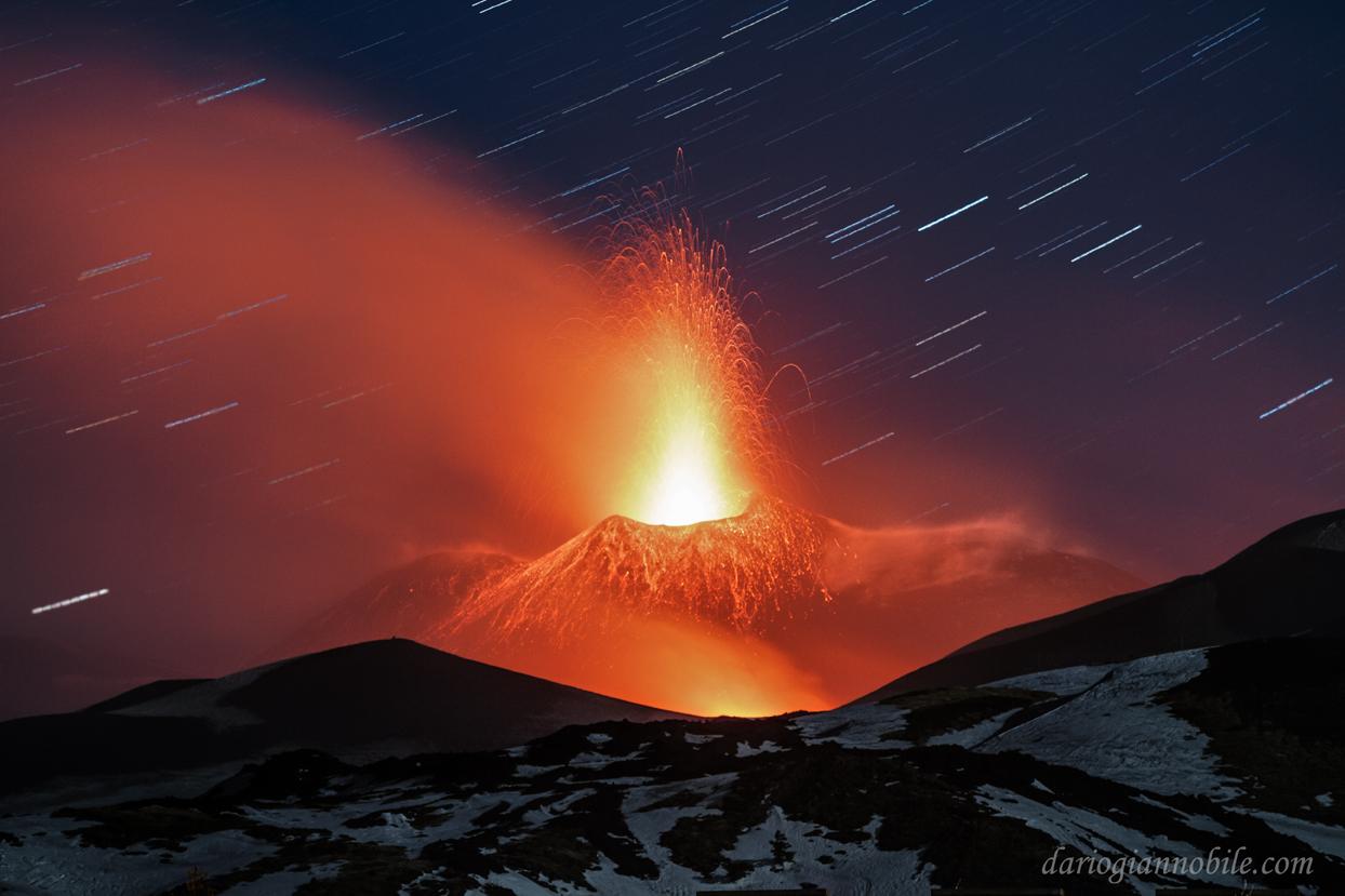 """La foto di Giannobile dal titolo """"Scie di Luce e fuoco sull'Etna"""""""