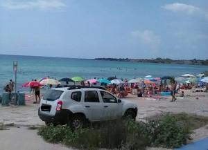 auto parcheggiata in spiaggia