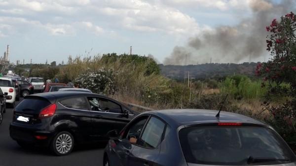 Incendi, giornata infernale tra Priolo ed Augusta: riaperta nel tardo pomeriggio la vecchia Statale
