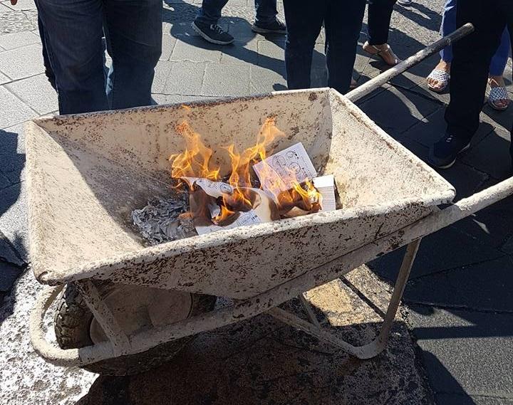 Siracusa. I dipendenti dell'ex Provincia bruciano le loro schede elettorali: gesto di protesta contro la politica. GUARDA IL VIDEO