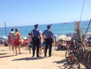 Pattuglia di Carabinieri in spiaggia