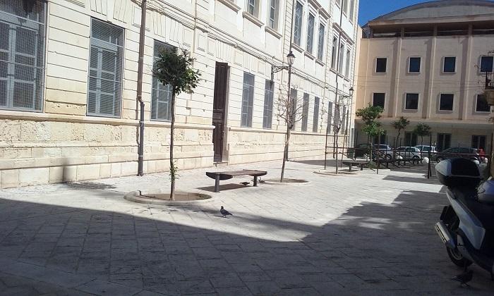 """Siracusa. Deiezioni canine """"a tappeto"""" davanti alla scuola di Ortigia, Gibilisco: """"Una vergogna"""""""
