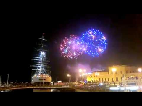 """Siracusa. Fuochi d'artificio nel cielo di Ortigia, sorpresa e curiosità per i 7 minuti di """"botti"""". Il video"""