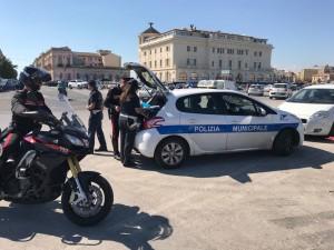 controlli con polizia municipale parcheggiatori-repertorio