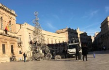 Siracusa. Albero di Natale in 3D per piazza Duomo: concluso l'allestimento, 10 metri di sfere e luci