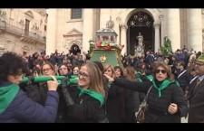 Siracusa. Festa di Santa Lucia, non solo Berretti Verdi: ci sono anche le Portatrici, fazzoletto verde al collo