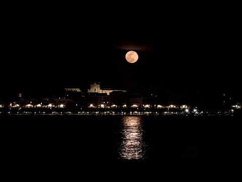 Siracusa. La luna piena sorge alle spalle del Duomo, sul mare di Ortigia: suggestivo time-lapse di Marcello Bianca