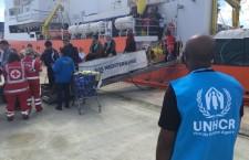Augusta. Sbarcati 280 migranti soccorsi da nave Aquarius, un ragazzo libico in ospedale