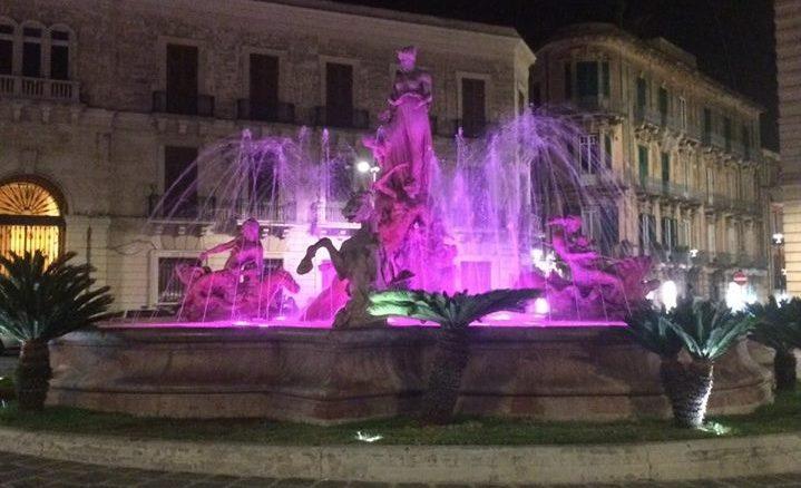 Fontana di viale Cavallotti 'viola' per la Giornata mondiale della prematurità
